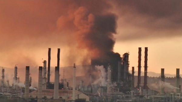 Горит нефтеперерабатывающий завод