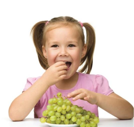 Ребёнок ест виноград