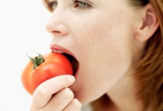 Человек ест помидоры