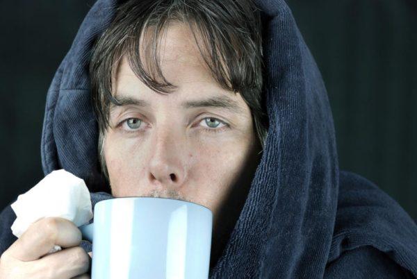 Человек пьёт суп из чашки
