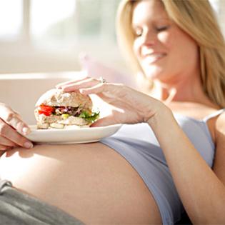 Беременная ест с аппетитом
