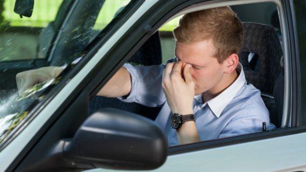 Усталый человек за рулём