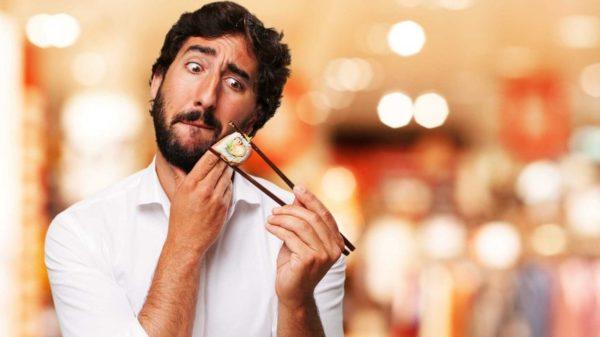 Человек ест суши