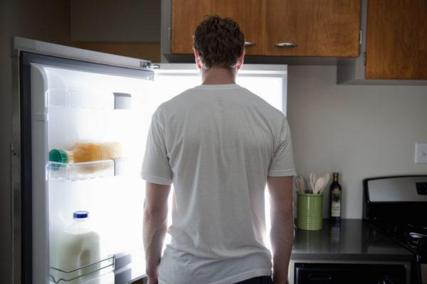 Человек у холодильника