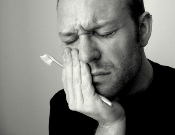 Болят зубы у человека