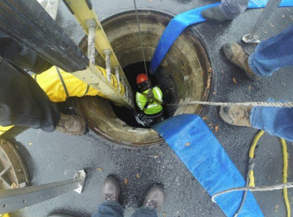 Чистка канализации в люке