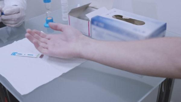 Человек сдаёт анализ крови