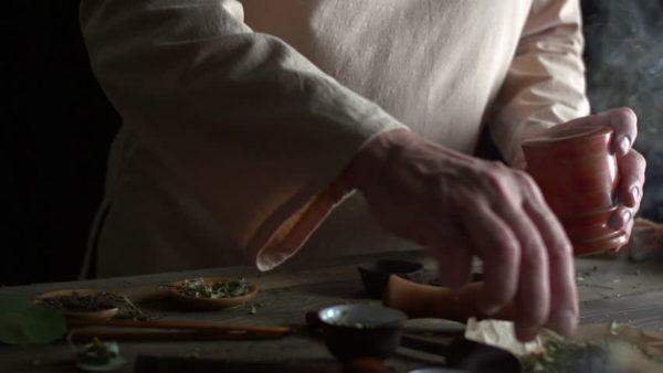 Знахарь готовит снадобье