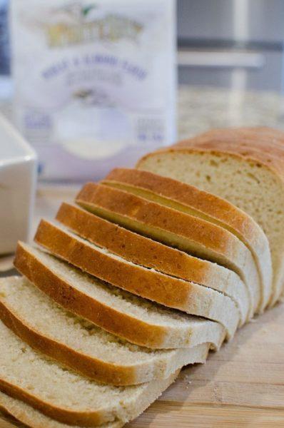 Порезанный хлеб на столе