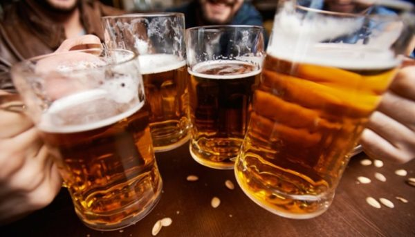 Люди пьют пиво из стаканов