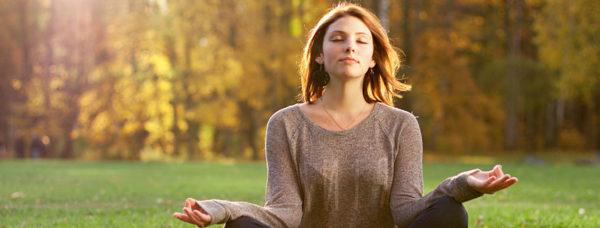 Спокойная медитирующая женщина