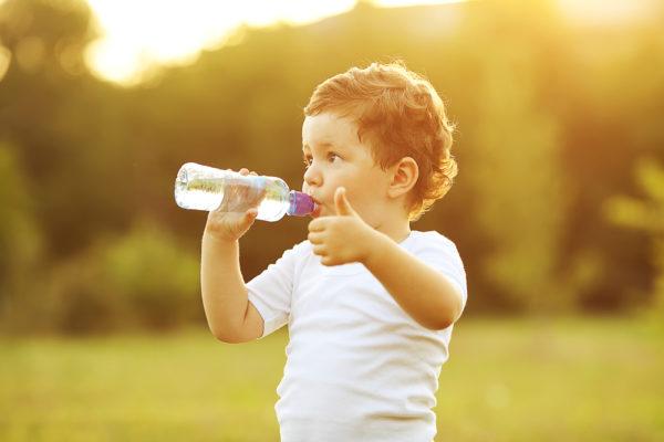 Ребёнок пьёт минералку