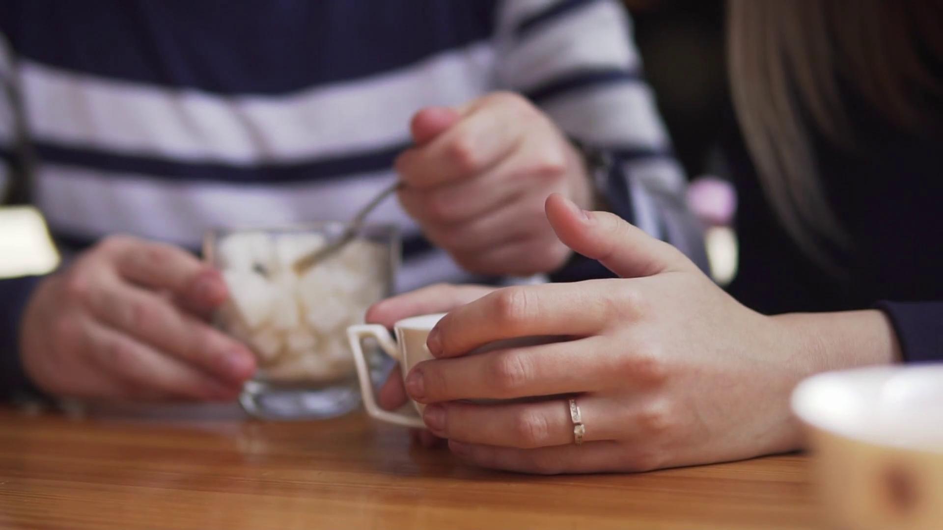 Человек пьёт чай с сахаром