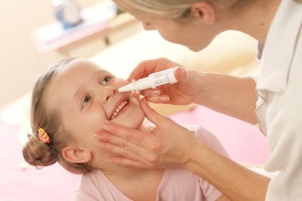 Ребёнку капают капли в нос