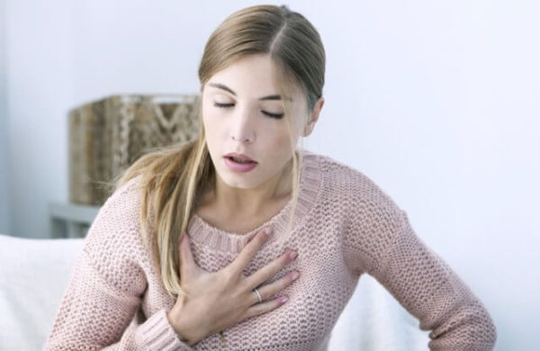 Человеку трудно дышать