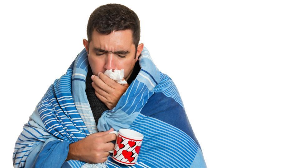 Человек закутался в одеяло и пьёт чай