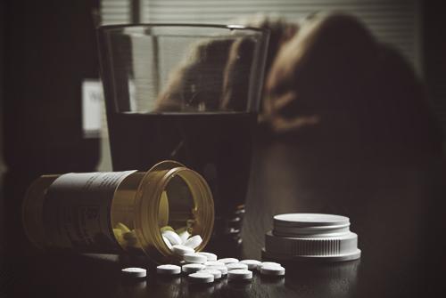 Человек отравился таблетками и алкоголем