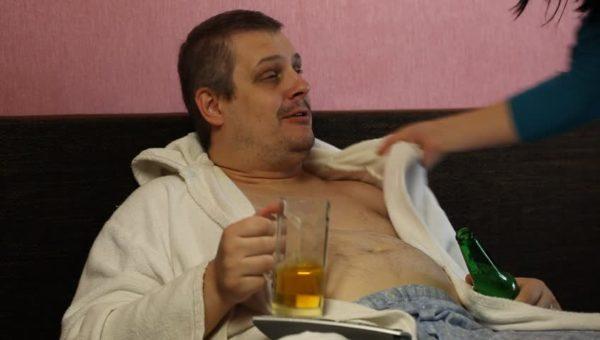 Женщина и пьяный мужчина