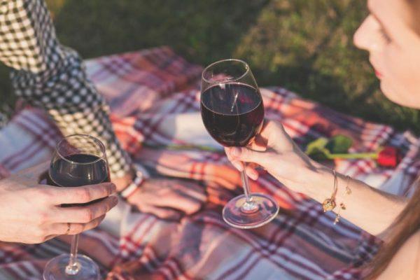 Мужчина и женщина пьют вино